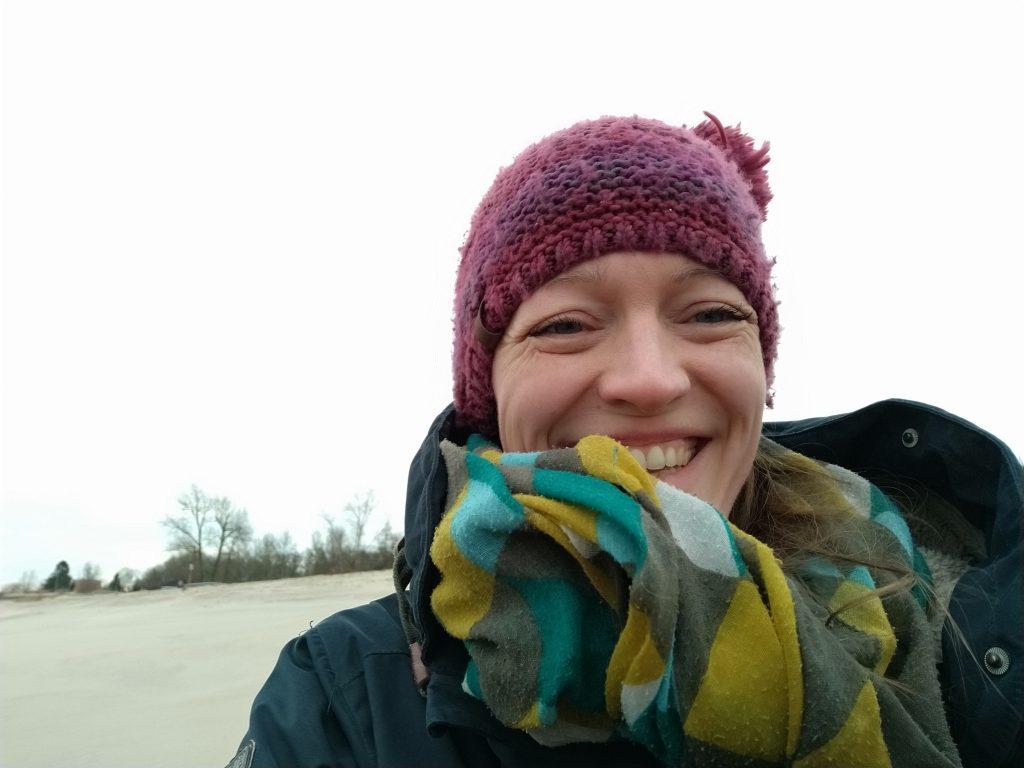 Ich bin frei und glücklich am stürmischen Strand auf Harrierersand
